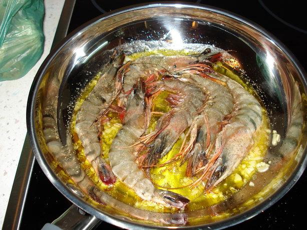 тигровые креветки на сковородке