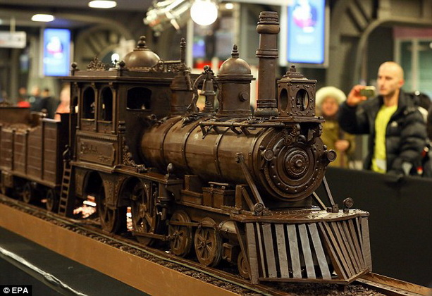 В Брюсселе вылили из шоколада самый длинный поезд