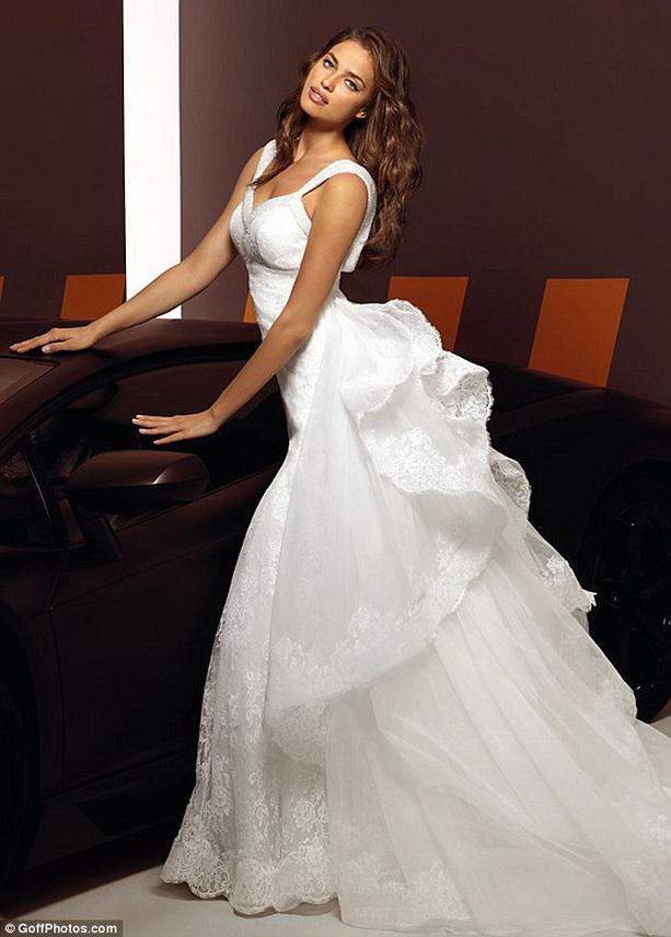 Сам модельер Алессандро Анджелоцци подчеркнул, что выбрал Ирину для показа своей новой коллекции свадебных нарядов за ее женственность, элегантность и