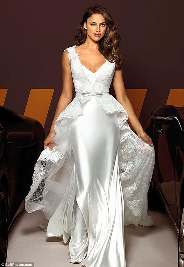 Ирина Шейк продемонстрировала новую коллекцию свадебных платьев
