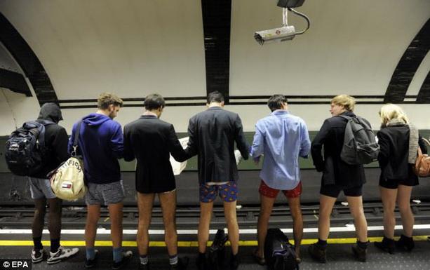 Без штанов в метро Лондон