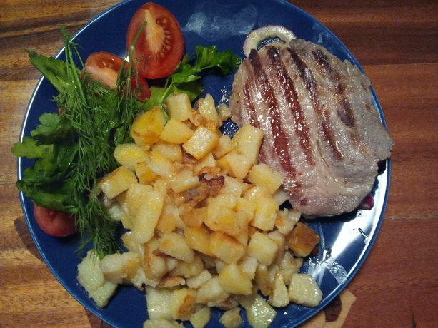 стейк, жаренная картошка и зелень