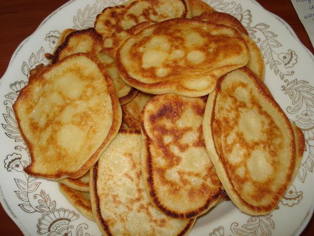Готовые пышные оладьи по рецепту с кефиром