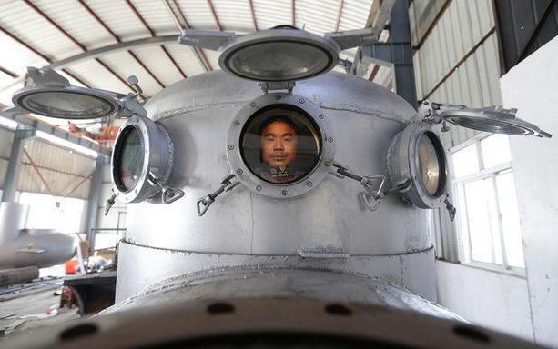 Чжан Уи сидит собственной подводной лодке