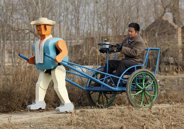 Ву Юлу ездит на рикше