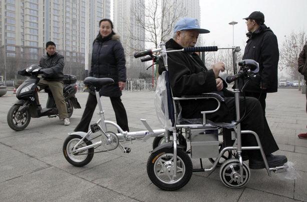Чжан Юнцин совместил велосипед и инвалидную коляску