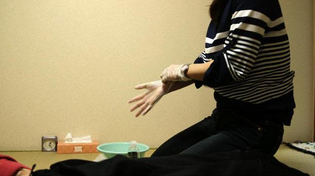 Танака помогает удовлетворять Hosoya
