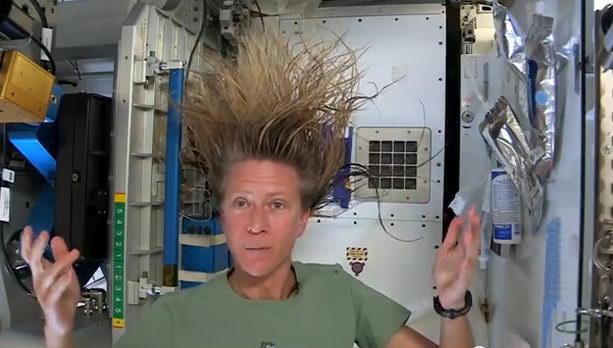 Астронавт моет волосы в космосе