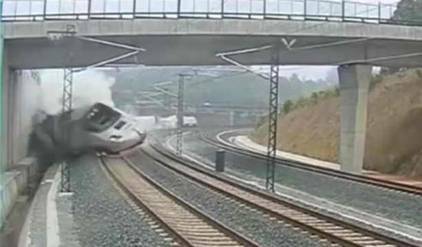 Видео крушения поезда в Испании