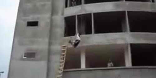 Строитель прыгает с 3 этажа