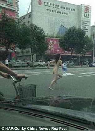 Голая женщина бегает по улице