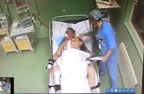 врач реанимации избивает пациента