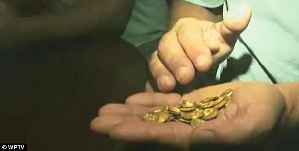 Дневная выручка золотые монеты на руке искателя