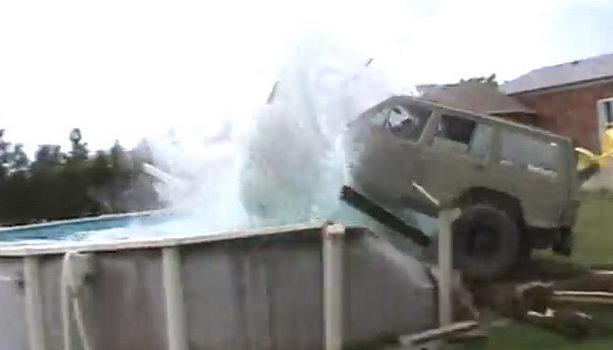 водитель улетел в бассейн