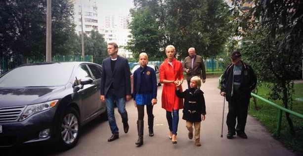 Навальный с семьей идет голосовать
