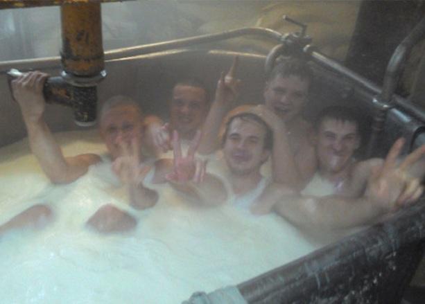 Работники сыразавода в Омске купаются в молоке