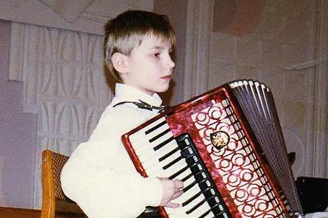 Алексей Воробьев играет на аккордеоне детские фото
