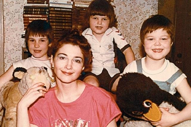 Данила Козловский мать и братья: Егор и Иван