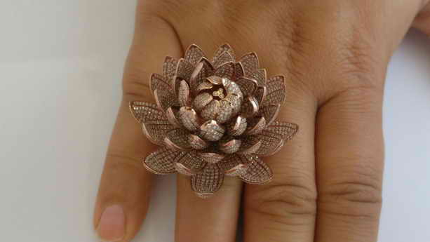 Золотое кольцо - цветок лотоса с 6690 бриллиантами в Книге рекордов Гиннеса