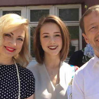 Екатерина Старшова (Пуговка из Папины дочки) с родителями в день окончания школы