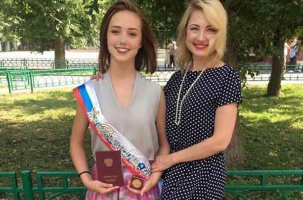 Екатерина Старшова и мама на получении аттестата 11 класс