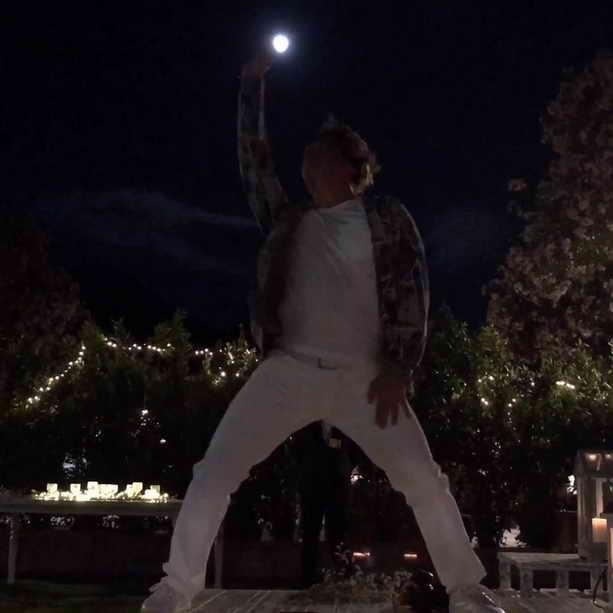Максим Галкин танцует на столе на дне рождения друга
