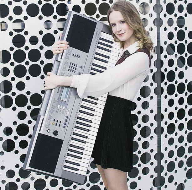 Лиза Гырдымовой (Монеточка) со своим синтезатором
