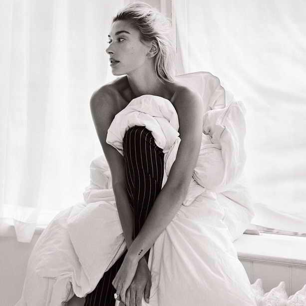 На фотографии Хейли Болдун для журнала Vogue с обручальным бриллиантовым кольцом