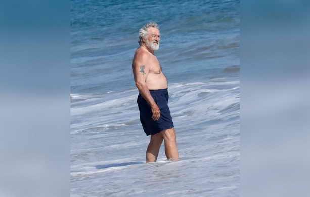 Роберт де Ниро на берегу Тихого океана в Санта-Монике