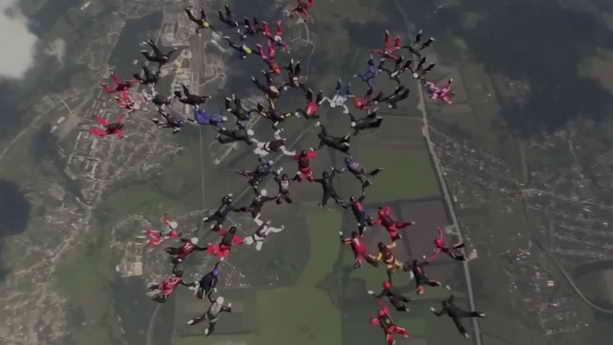 В небе Украины 57 парашютисток из 19 стран установили мировой рекорд