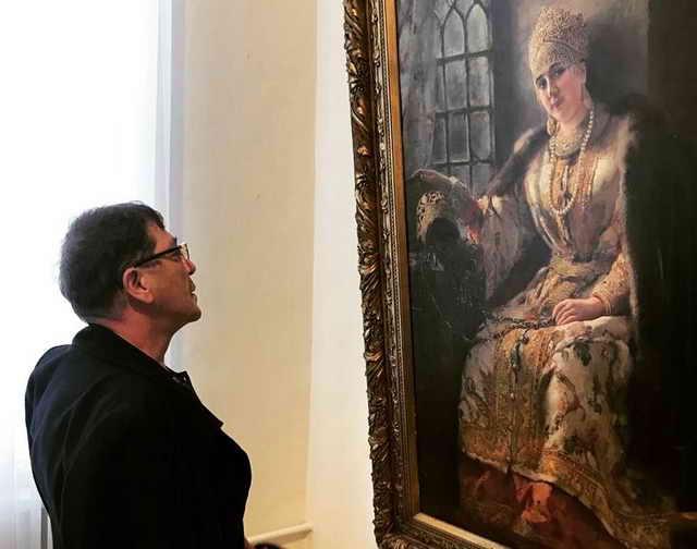 Григорий Лепс на гастролях в Омске посетил галерею