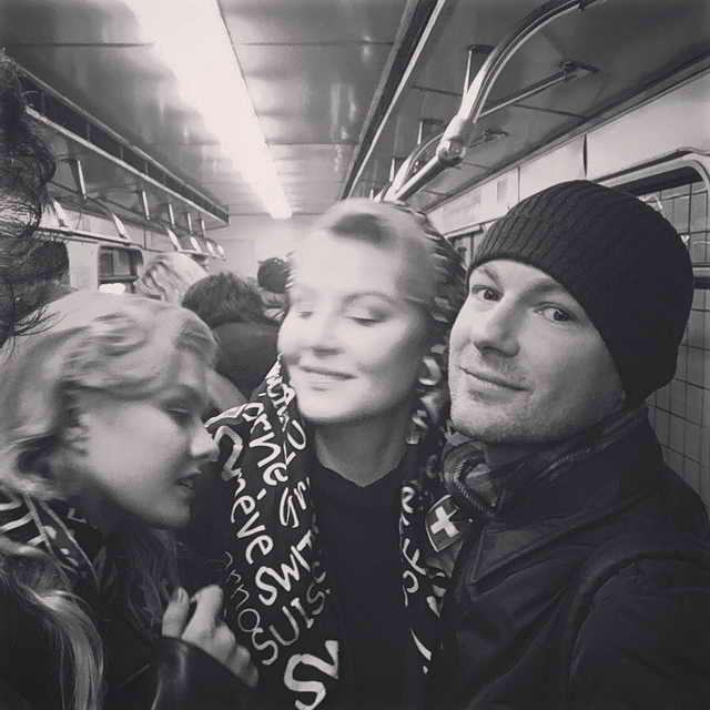 Рената Литвинова, ее дочь Ульяна Добровская и модельер Гоша Рубчинский в метро