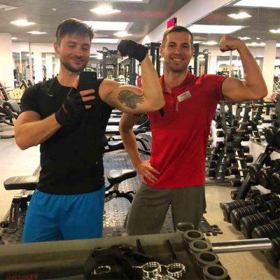 Сергей Лазарев вместе с тренером в спортзале
