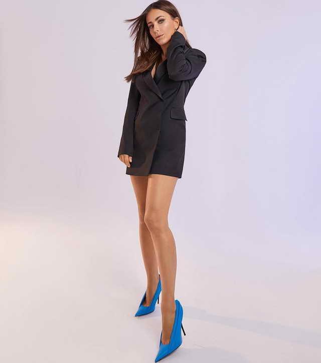 Ани Лорак в огромных синих туфлях