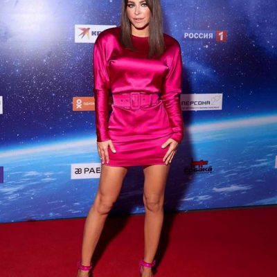 Ани Лорак в бордовом платье