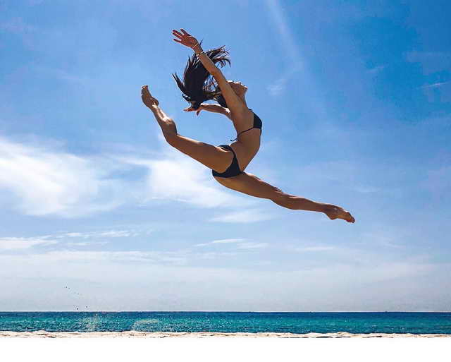 Мария Абасова шпагат в прыжке