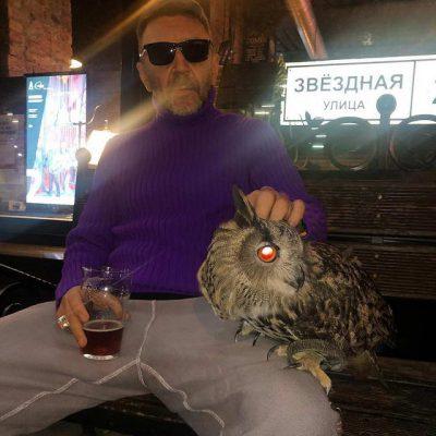 Сергей Шнуров с собой около бара Дружба в Питере