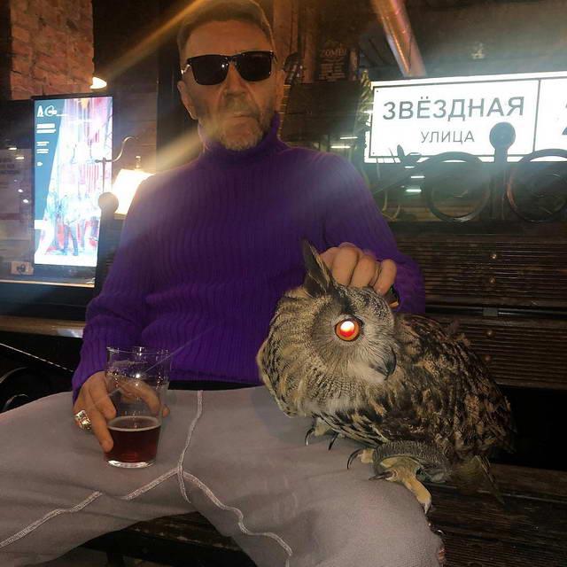 Сергей Шнуров с совой около бара Дружба в Питере