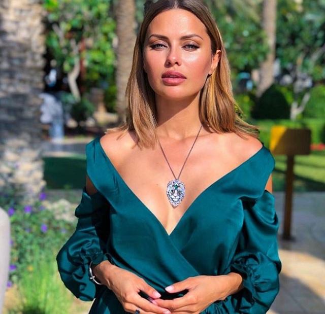 Виктория Боня с драгоценным украшением