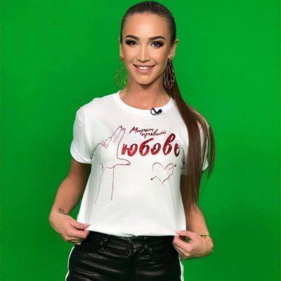 Ольга Бузова рекламирует свою дизайнерскую футболку