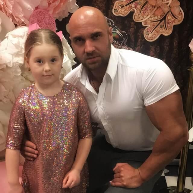 Александр Сабанов и маленькая модель на Estet Fashion Week