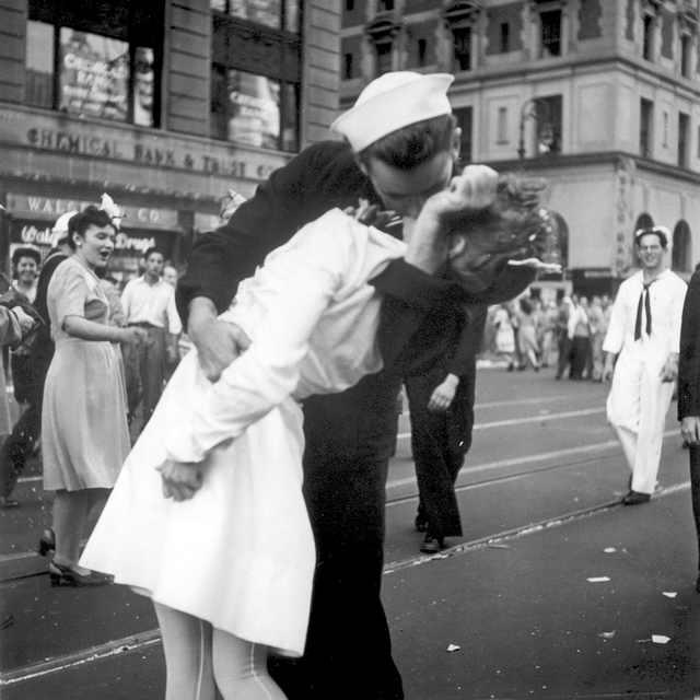 Моряк Джордж Мендонса символ окончания войны
