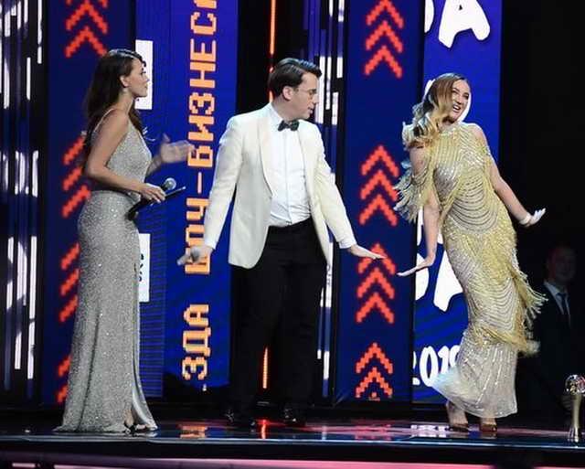 Ольга Бузова танцует с Максимом Галкиным Регина Тодоренко стоит