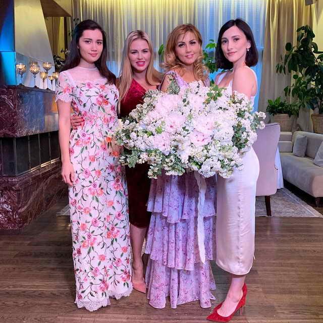 Анна Семенович на дне рождения у Эммы Салимовой в окружении дочерей Эммы