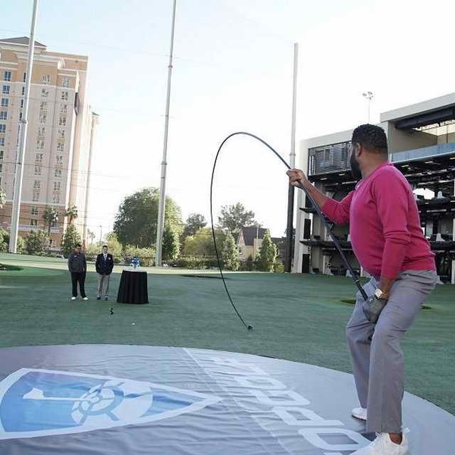 Энтони Андерсон в Книге рекордов Гиннесса с клюшкой длинной 11,3 метра