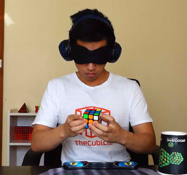 Самая быстрая сборка кубика Рубика с завязанными глазами