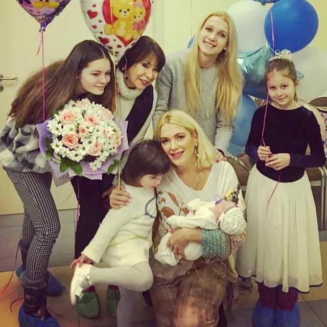 Актриса Мария Порошина и ее 5 детей и мама