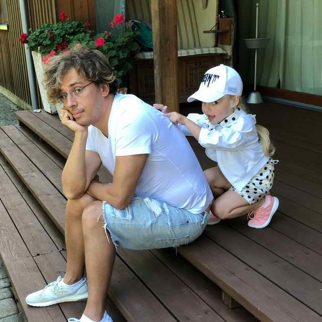 Лиза делает массаж Максиму Галкину