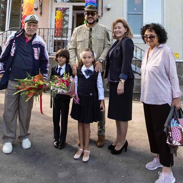 Филипп Киркоров с Аллой Викторией Мартином отцом отвел детей в школу