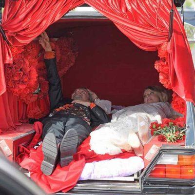 Ксения Собчак и Константин Богомолов прибыли в ЗАГС на катафалке